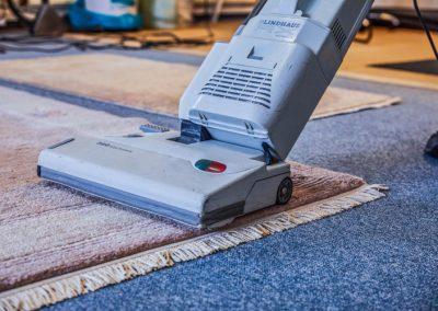 Grobe Reinigung des Teppichs mit der Maschine