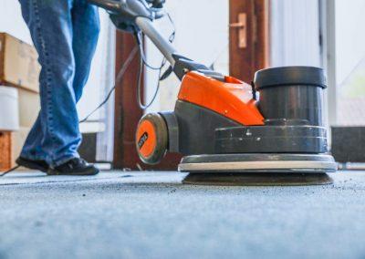 Der Teppichboden wird mit der Maschine gereinigt