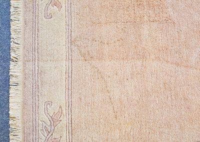 Ein Teppich vor der Reinigung